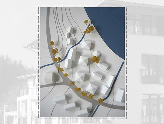 """Modell: Geschosswohnungsbau am Isarstausee – 7 Mehrfamilienhäuser mit ca. 60 Wohneinheiten in Wackersberg, """"Am Hoheneck""""; Bauherr: Gemeinde Wackersberg"""